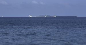 Segelboote durch den Horizont weit weg stockbild