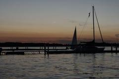Segelboote durch die Docks bei Sonnenuntergang stockbilder