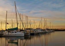 Segelboote in einem Hafen in Bradenton, Florida bei Sonnenuntergang lizenzfreies stockbild