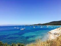 Segelboote in einer Bucht auf der südlichen französischen Küste Lizenzfreie Stockfotografie