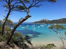 Segelboote in einer Bucht auf der südlichen französischen Küste Lizenzfreie Stockfotos