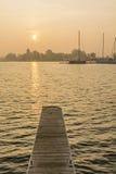 Segelboote festgemacht auf dem See Stockfotos