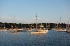 Segelboote festgemacht in einer sonnigen Bucht Stockfotografie
