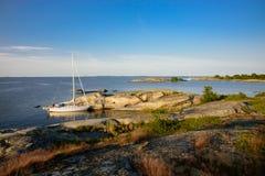 Segelboote festgemacht in kleinen Felseninseln Stockfoto