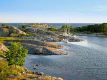Segelboote festgemacht in kleiner Felseninsel Lizenzfreie Stockfotos