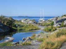 Segelboote festgemacht in kleiner Felseninsel Lizenzfreie Stockfotografie