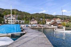 Segelboote iin See Thun nahe dem Dorf, thunersee lizenzfreie stockbilder