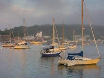 Segelboote im Hafen bei Sonnenuntergang Stockfotografie