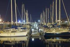 Segelboote im Hafen nachts lizenzfreie stockfotos