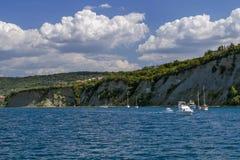 Segelboote im klaren sonnigen Wetter auf den ruhigen Seen slowenien Treibnetz für Thunfischfischen Krasnodar Gegend, Katya Stockbild