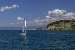 Segelboote im klaren sonnigen Wetter auf den ruhigen Seen slowenien Treibnetz für Thunfischfischen Krasnodar Gegend, Katya Lizenzfreie Stockfotos