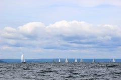 Segelboote im Meer Stockbild