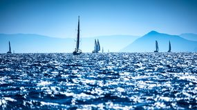 Segelboote im Meer lizenzfreies stockfoto