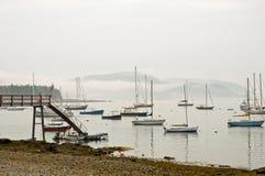 Segelboote im Morgennebel lizenzfreie stockfotografie