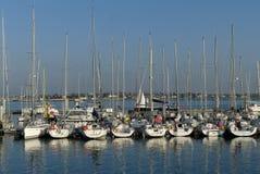 Segelboote am Jachthafen Lizenzfreie Stockfotos