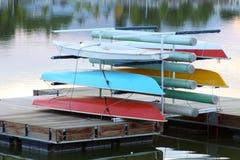 Segelboote kommen auf Dock voran Stockbild