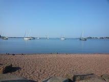 Segelboote an lakeshore Lizenzfreie Stockfotos