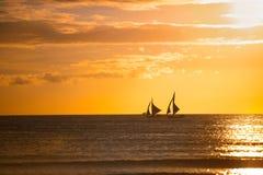 Segelboote mit einem schönen Sonnenuntergang Lizenzfreie Stockfotos