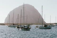 Segelboote an Morro-Bucht mit Morro-Felsen stockfotos