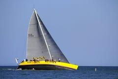 Segelboote in nassem Mittwoch-Rennen Stockbilder