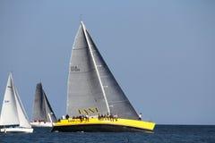 Segelboote in nassem Mittwoch-Rennen Lizenzfreies Stockfoto