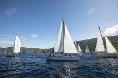 Segelboote nehmen an der Segelnregatta Ellada teil Stockfoto