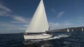 Segelboote nehmen an der Segelnregatta teil Segeln in den Wind durch die Wellen stock footage