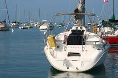 Segelboote oder Yachten an Chicago-Hafen Stockfotos