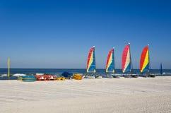 Segelboote, Pedalboote und Kajaks stockbilder