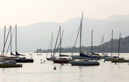 Segelboote in Porto di Bardolino beherbergten auf dem Garda See Stockbilder
