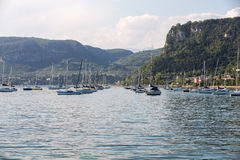 Segelboote in Porto di Bardolino beherbergten auf dem Garda See Lizenzfreie Stockfotos