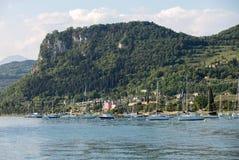 Segelboote in Porto di Bardolino beherbergten auf dem Garda See Stockbild