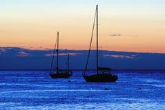 Segelboote am Sonnenuntergang stockfotografie