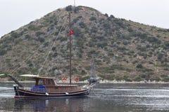 Segelboote und Berg Stockfotografie