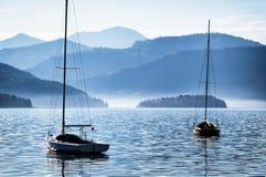Segelboote und Berge Lizenzfreie Stockfotografie