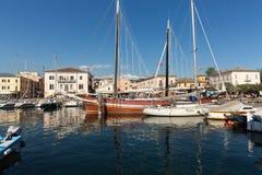 Segelboote und Fischerboote in Porto di Bardolino beherbergten auf dem Garda See Lizenzfreies Stockfoto