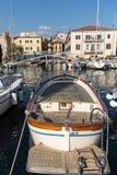 Segelboote und Fischerboote in Porto di Bardolino beherbergten auf dem Garda See Stockfotografie