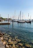 Segelboote und Fischerboote in Porto di Bardolino beherbergten auf dem Garda See Lizenzfreies Stockbild
