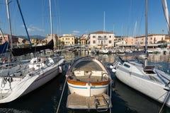 Segelboote und Fischerboote in Porto di Bardolino beherbergten auf dem Garda See Lizenzfreie Stockfotos