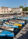 Segelboote und Fischerboote in Porto di Bardolino beherbergten auf dem Garda See Stockbild