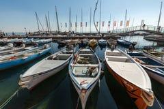 Segelboote und Fischerboote in Porto di Bardolino beherbergten auf dem Garda See Stockfotos