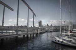 Segelboote und gehende Brücke im Hafen Stockbild