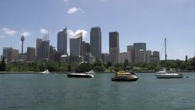 Segelboote und kleines Wasser fährt vor Sydney-Skylinen mit einem Taxi stock footage