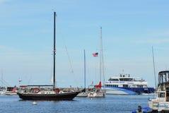 Segelboote und Passagierfähre neuer Hafen, Block-Insel, Rhode Island Stockfotos