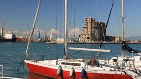 Segelboote verankert am Dock des Hafens Verlassene Lager lizenzfreies stockbild