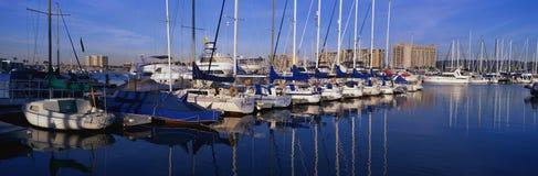 Segelboote verankert im Hafen lizenzfreie stockfotografie