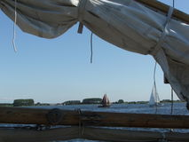 Segelboote vom Kai durch ein Segel wölben sich stockbild