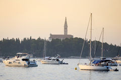 Segelboote vor Heiliges Euphemia-Glockenturm Lizenzfreies Stockfoto
