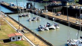 Segelbootfahrt in Panamakanal Stockbilder