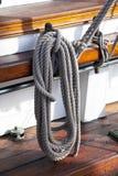 Segelboothölzerne Marineanlagen und -seile. Lizenzfreie Stockfotografie